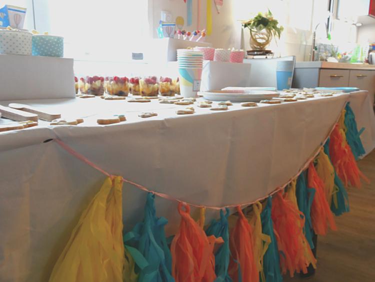 table décorée pour buffet baby shower guirlande pompon DIY