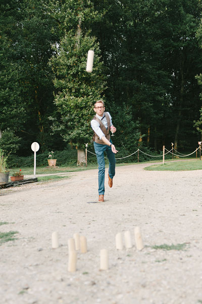 marié jouant au molkki