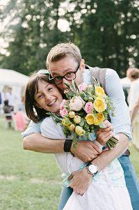 enfant d'honneur avec bouquet de mariée et marié