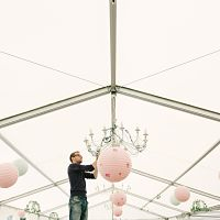 preparatifs mariage deco salle lampions roses