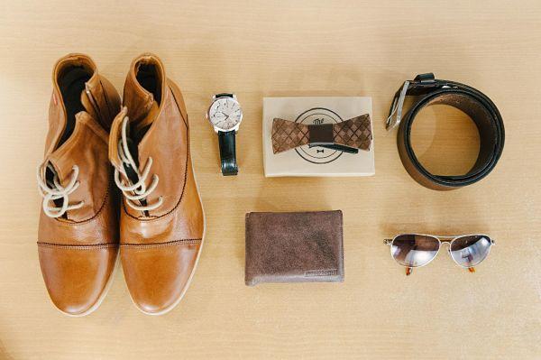 accessoires marié chaussures noeud papillon ceinture lunettes montre portefeuille marrons