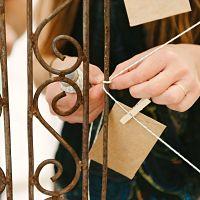 mains attachant corde et enveloppe à une structure en fer forgé