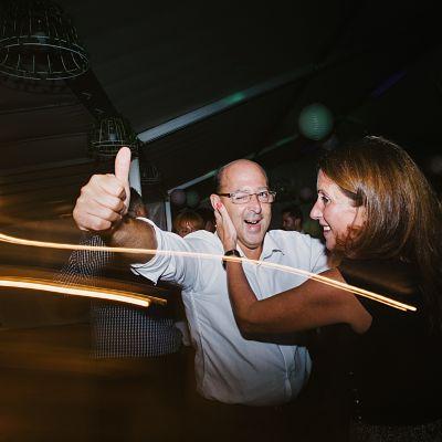 soirée mariage néon danse couple
