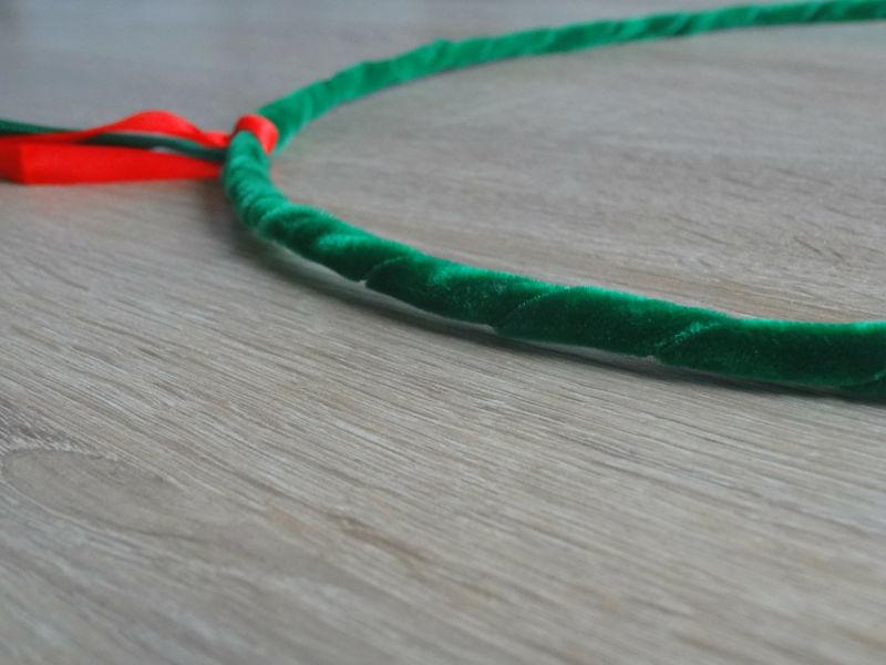 cercle en métal habillé de ruban vert pour couronne de noël