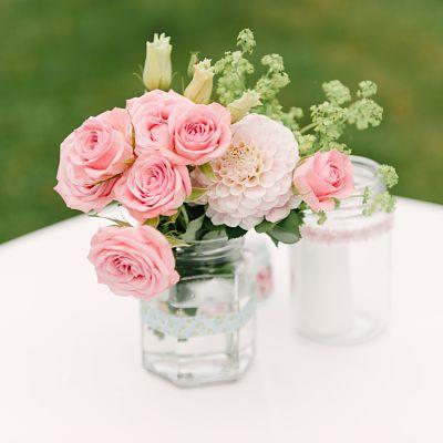 composition fleurs pots verre DIY mariage
