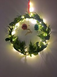couronne de noël traditionnelle en sapin avec guirlande lumineuse fait main