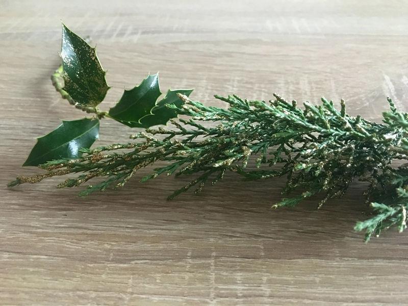 branche de houx et de sapin dorées et pailletées