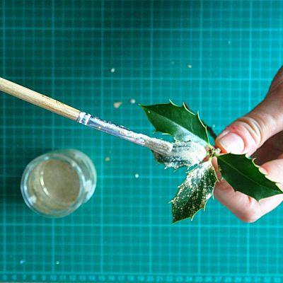 peinture doré sur branche de houx