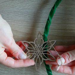 étoile en bois fixée à un cercle en métal