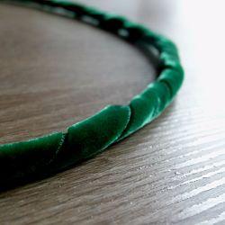 cercle de métal enroulé de ruban en velours vert pour couronne de Noël