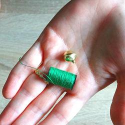 bobine de fil de couture vert et grelot