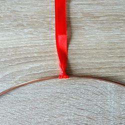 ruban rouge fixé à un cercle en métal