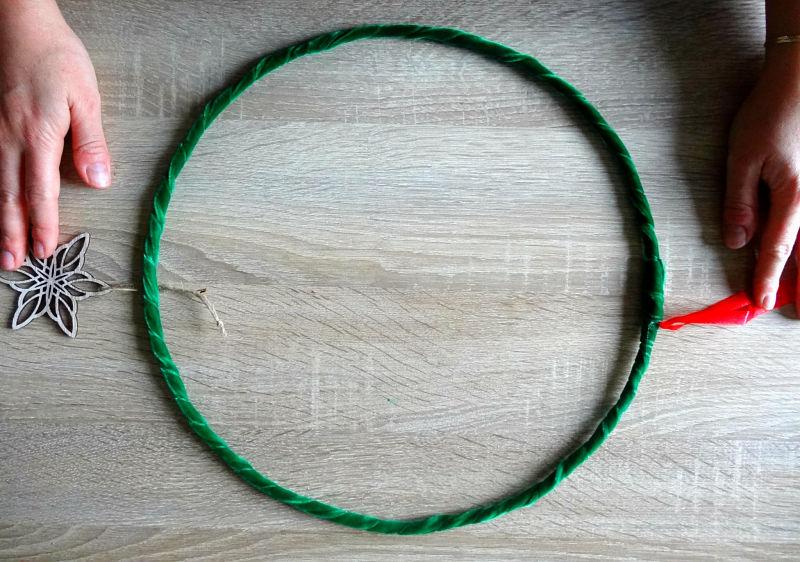 cercle métal recouvert de velours vert, ruban rouge et étoile en bois