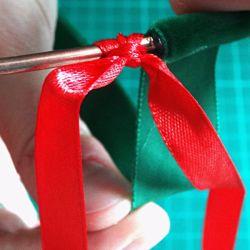 ruban rouge et vert sur cercle en métal