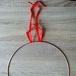 ruban rouge sur cercle en métal pour fixation