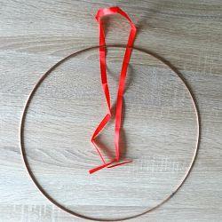 ruban rouge et cercle en métal